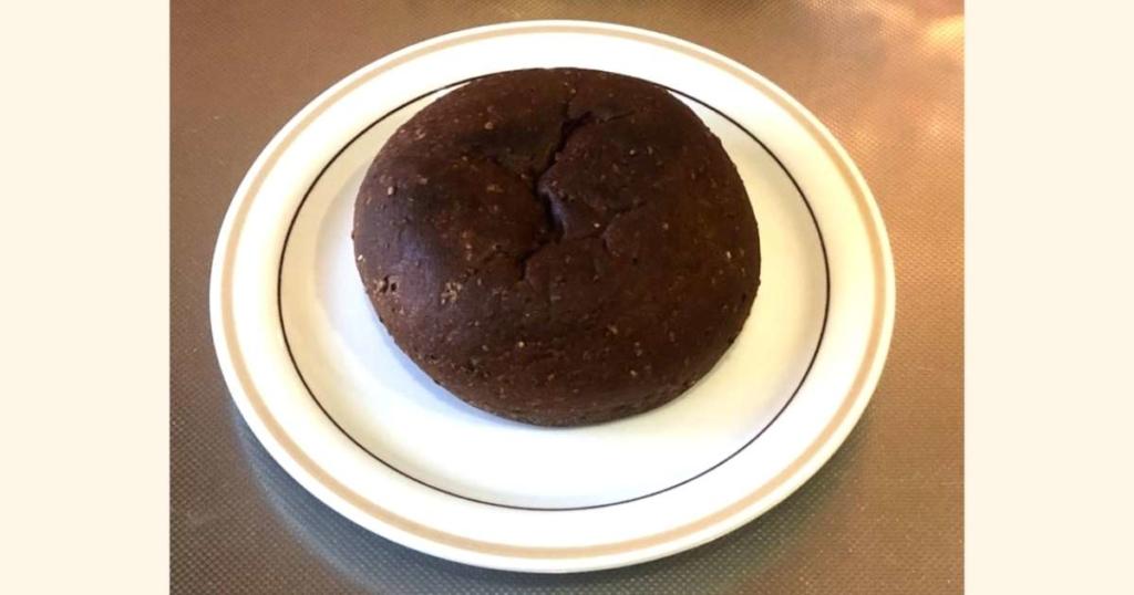 ベースブレッド(プレーン)は、まるでライ麦パンのような素朴さ